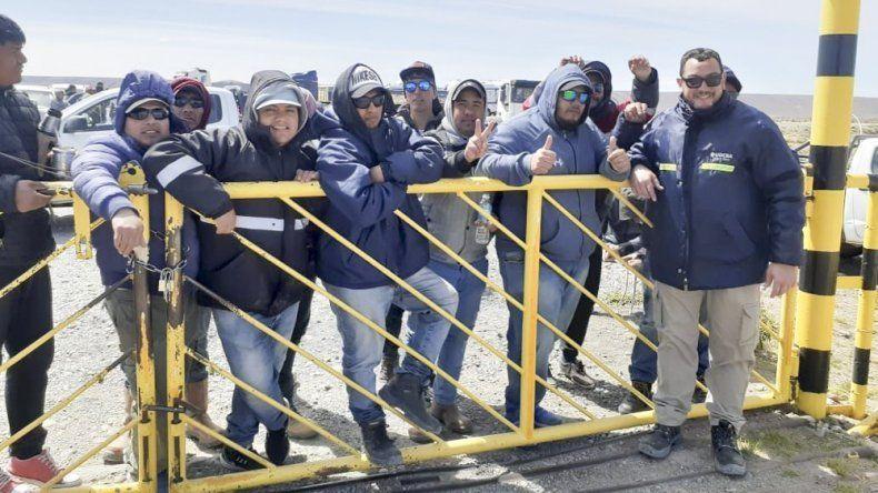 Los desocupados cerraron la tranquera del acceso al yacimiento de Minera Santa Cruz.