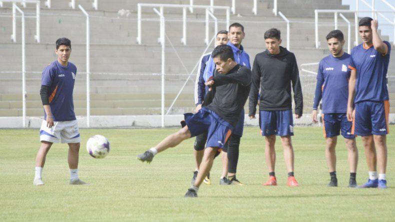 El plantel futbolístico de la CAI trabajó en la tarde de ayer en el estadio municipal de cara al partido del domingo ante Defensores de La Ribera