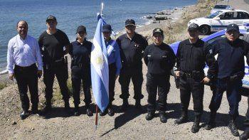 Policías de la Comisaría Cuarta acudieron a mediodía de ayer a la costa de Caleta Olivia para rendir homenaje a los tripulantes del ARA San Juan, al cumplirse dos años de la última zarpada de la nave desde Ushuaia.