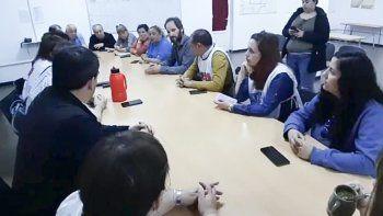 Docentes se reunieron con representantes políticos comodorenses en el Concejo Deliberante.