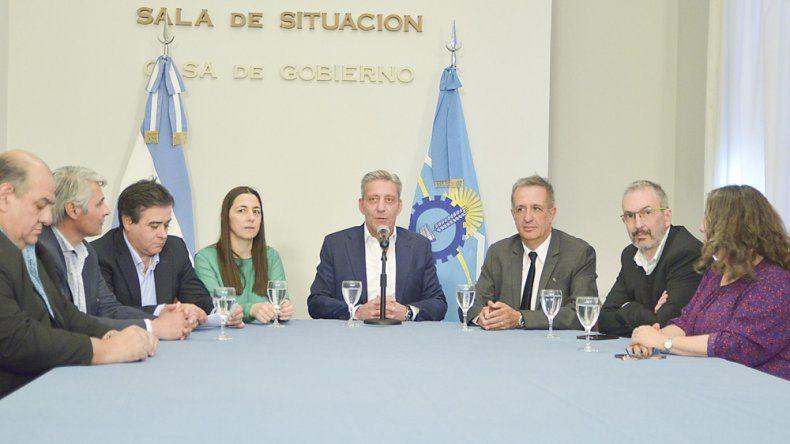 Mariano Arcioni acompañado de sus ministros al anunciar ayer más cambios en su gabinete.