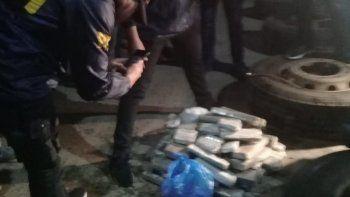 El momento en que efectivos de la Subdelegación Caleta Olivia de la Policía Federal descubren la marihuana compactada oculta en ruedas de camión, en la localidad bonaerense de Pilar.