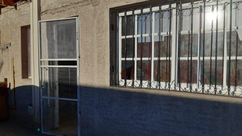 Destrozó una ventana de la casa de su ex y agredió a policías