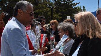 El acto institucional tuvo lugar en la Plazoleta de la Mujer y al finalizar el mismo Jorge Soloaga obsequió rosas a todas las madres presentes.