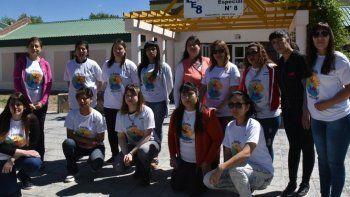 Un grupo de docentes de educación especial realizaron un sentada en la Escuela N° 8 de Caleta Olivia para protestar por las trabas que se impusieron a la firma de un acuerdo marco con la UNPA.