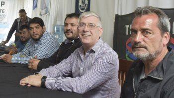 En primer plano los referentes de la CGT que al promediar el plenario ofrecieron una rueda de prensa, David Hermosilla (Anses), Pablo Carrizo (petroleros de base), Julio Gutiérrez (vigiladores) y Sergio Sarmiento (camioneros).