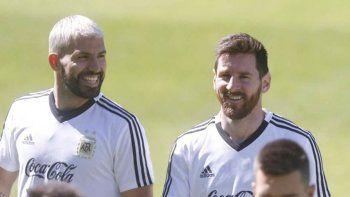 Sergio Agüero y Lionel Messi sonríen durante la práctica de la selección argentina.