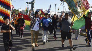 Decenas de residentes bolivianos en Caleta Olivia, acompañados por integrantes de agrupaciones sociales y del Partido Obrero, se manifestaron el lunes en apoyo a Evo Morales y en repudio al golpe de Estado.