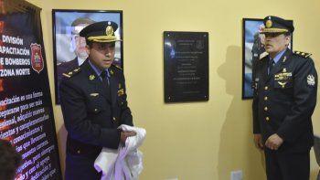 El jefe de la División de Bomberos a nivel provincial, Luis Zerbo (derecha), y el titular de la Zona Dos, Eduardo Jurado, descubrieron una placa en la flamante sala de capacitación.