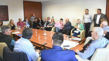 funcionarios y dirigentes trabajan en la adecuacion de un proyecto de ley electoral
