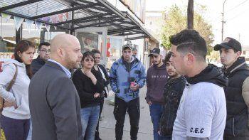 El director regional del Ministerio de Trabajo de la provincia, Carlos Aparicio, dialogó con los empleados de City Shop que ayer realizaron una protesta en el acceso al local comercial.