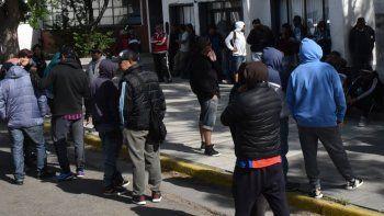 Los desocupados de la construcción permanecieron desde hora temprana y hasta pasado el mediodía bloqueando el acceso del edificio central del municipio.