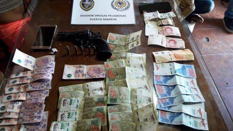 Dinero y armas incautadas en el operativo que se realizó en Puerto Madryn.