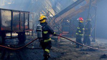 Los bomberos trabajaron intensamente durante casi dos horas para sofocar el incendio que destruyó fardos de cartones y dañó un tractor, su carruaje y la máquina separadora de residuos.