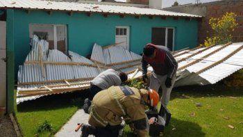 El techo de chapas que se desprendió de una vivienda en el barrio, Vista Hermosa cayó en un patio vecino y personal de Protección Civil, junto a bomberos lo sujetaron para evitar que siguiera desplazándose peligrosamente.