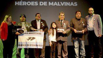 Uno de los reconocimientos que hizo entrega el intendente Facundo Prades, en la foto acompañado por la secretaria de Hacienda, Marta Sansana, correspondió a los Veteranos de Guerra.