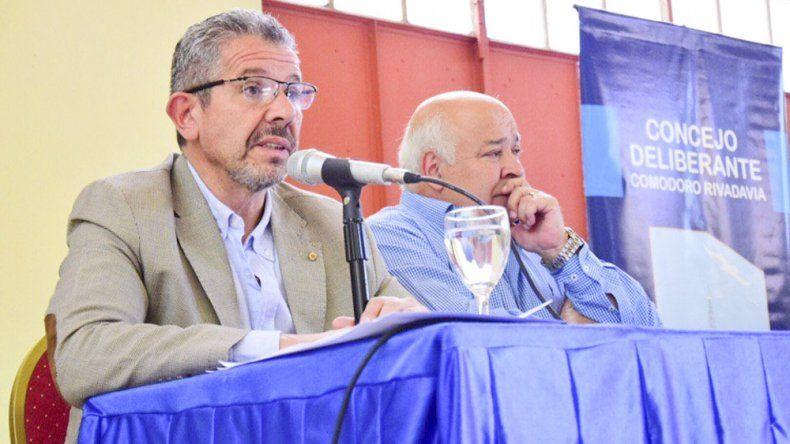 El secretario de Gobierno, Ricardo Gaitán escucha la exposición del subsecretario de Control Operativo, Ricardo Murcia, durante la audiencia por el transporte público.