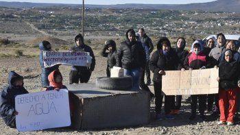 Vecinos del barrio Bicentenario, incluyendo numerosas mujeres, bloquearon uno de los sitios de carga de agua proveniente de pozos de meseta.