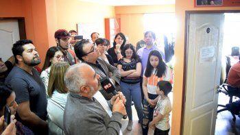 El diácono Mario Sosa bendijo la placa que se descubrió en el acceso a la sala técnica en homenaje a Pablo Sotomayor.