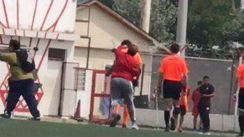 una mujer agredio a un arbitro en el torneo femenino de futbol