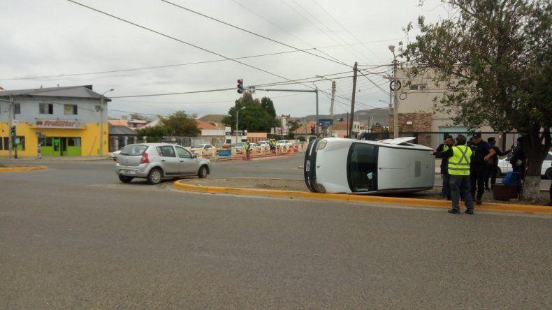 Dos accidentes y una mujer herida al quedar atrapada en su camioneta