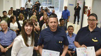 La directora de la Escuela Especial N° 8, María Barrionuevo, hace entrega de los diplomas a dos integrantes de la Policía Provincial que aprobaron el curso de Lengua de Señas.