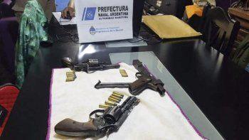 Además, de droga, en el marco de los allanamientos también incautaron tres armas.