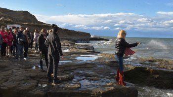 Dafne Ledesma arroja al mar las cenizas de su hermano Nelson.