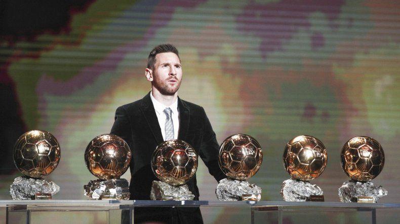 El crack argentino Lionel Messi posando con los seis balones dorados que ganó con total justicia.
