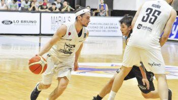 El base Carlos Manuel Buendía traslada el balón en el partido que Gimnasia perdió el domingo como visitante frente a Olímpico de La Banda.