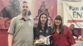 Lucas Núñez junto a su ayudante de campo Micaela Solórzano y Mary Cativa, presidenta de Federación Deportiva.