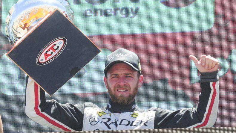 Marcelo Agrelo en el podio con la copa lograda por el segundo puesto en la última fecha de la temporada del TC Pista que se corrió el domingo en Neuquén.