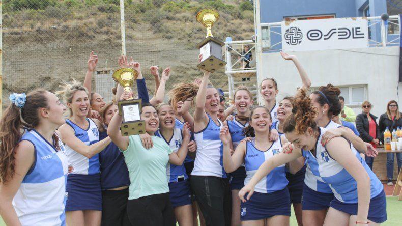 Las chicas de la Primera de Chenque RC festejan el título del torneo Clausura de Campo.