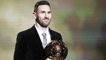 Lionel Messi, el mejor futbolista del planeta, posa con el sexto Balón de Oro que le otorgó la revista France Football.
