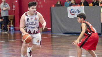 Bautista Medina, de Federación Deportiva, traslada el balón en uno de los partidos que se jugaron el último fin de semana por el cuadrangular semifinal U13.