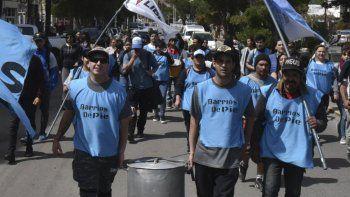 Los integrantes del movimiento Barrios de Pie marcharon ayer hasta la municipalidad para reclamar por bolsones alimentarios.
