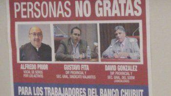 Los afiches que aparecieron ayer en las sucursales del Banco Chubut.