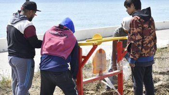 Los nuevos juegos saludables para el paseo costero están siendo instalados en inmediaciones del Galpón de Lapeyrade.