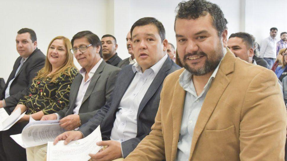 El nuevo cuerpo de concejales de Caleta Olivia está integrado por Gabriel Murúa, Paola Alvarez, Miguel Troncoso (centro), Gerardo Terraz y Juan Carlos Juárez.