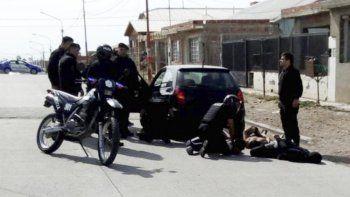 El auto que fue interceptado por la policía era ocupado por cuatro hombres y en su interior se encontraron armas de fuego, un cuchillo y varios teléfonos celulares.