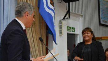El vicegobernador Pablo González toma juramento a la nueva diputada por el pueblo de Caleta Olivia, Liliana Toro.