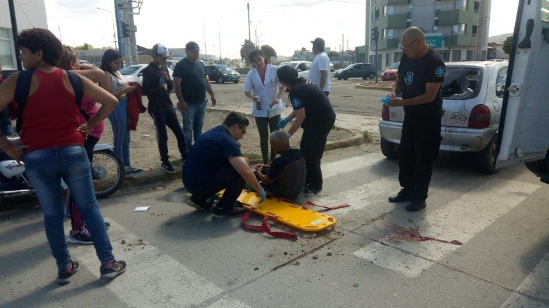 Un motociclista volvía de un asado de fin  de año y se estrelló contra un automóvil