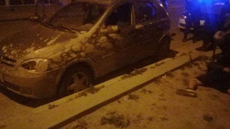 El auto que conducía el tercero de los detenidos. En la otra imagen se observa el arma incautada a los dos que entraron a la vivienda.