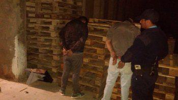 la policia los sorprendio robando vinos y una registradora