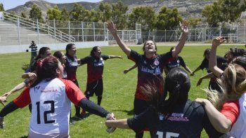 Tatiana Colisnechenco con los brazos en alto y todo Huracán festeja el título logrado el domingo en la final del fútbol femenino ante Manantiales Behr de Ciudadela.
