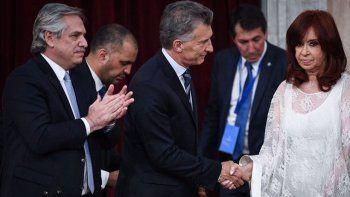 El saludo entre Mauricio Macri y Cristina Fernández durante el traspaso de mando