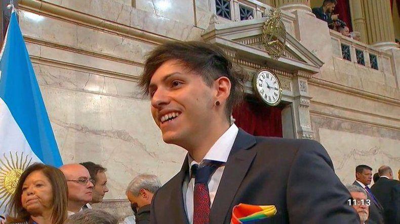 Estanislao Dyhzyx Fernández fue a la asunción con un pañuelo con los colores LGBTIQ+