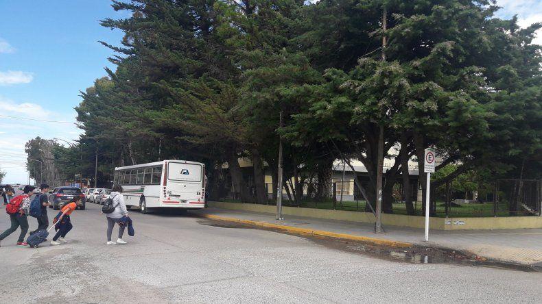 Quejas y reclamos por la parada de colectivos en la Escuela N° 1