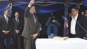 Mientras el jefe comunal saliente Omar Fernández le tomaba juramento, Osvaldo Maimo le prestaba poca atención y saludaba a los militantes justicialistas.