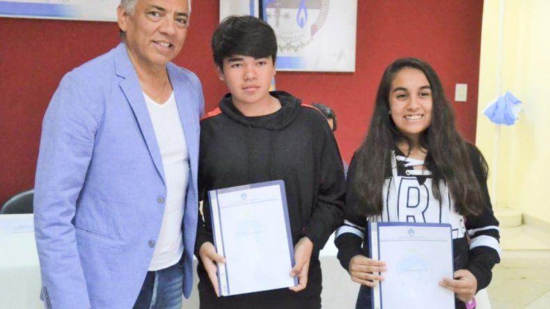 Acompañado por su equipo de gestión, Jorge Soloaga presidió la entrega de becas estudiantiles y aportes para deportistas.